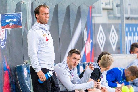 TO SJEFER: Slik ser det ofte ut på SF-kamper. Mens Hans Erik Ødegaard nærmest står og går igjennom 90 minutter, er Andreas Tegström noe mer rolig.