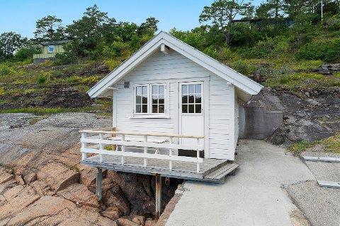 SJØBOD: Helt nede langs vannet, rett ved Torød-stranda, kan denne sjøboden bli din.