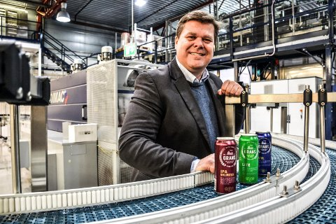 PÅ BOKS: Administrerende direktør Morten Gran ved Grans Bryggeri AS selger mye drikke på boks om dagen. Salget av øl og leskedrikker har eksplodert over hele Europa i sommer. Produsentene av aluminiumsboksene sliter derfor med å møte etterspørselen.