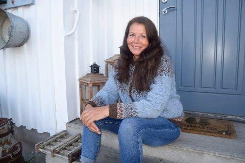 NY START: Gunn Birgirsdottir (54), som opprinnelig kommer fra Sande, flyttet fra Tønsberg til et småbruk i Stokke i november i fjor. Der har hun fått seg en ny start etter at hennes kjære døde i 2019.