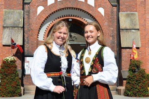 KONFIRMANTER: Rebecca Kleive-Mathisen (15) og Kathrine Dynestøl (15) konfirmerte seg i Sandefjord kirke denne helgen. De er i følge dem selv ikke helt voksne helt enda, men det er et steg på veien.