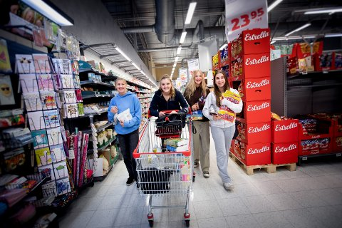 FORNØYDE: Venninnene fra Jessheim fyller opp handlevogna med varer etter en lang periode uten svenskehandel. På bildet: Sara Mathea Wasshaug, Celine Christensen, Karoline Gamborg og Sara Erdal.