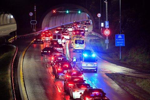KØ: Her står biler i kø etter at en bil fikk motorstans inne i tunnelen.