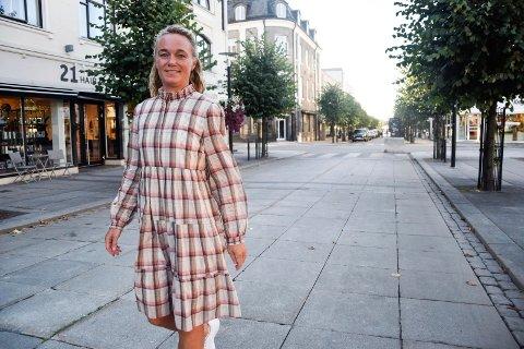 NY JOBB: Hanne Marie Pedersen (41) kan titulere seg som ny markedssjef i Sandefjord Næringsforening. Hun har vært i jobben i cirka to uker, og stortrives allerede.