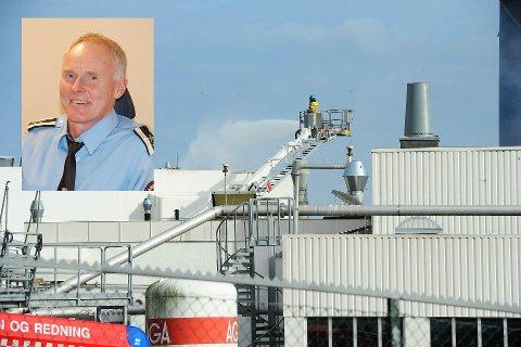 KONTROLL: Etter to og en halv time hadde brannmannskapene kontroll på brannen på Jotun. Beredskapsleder Carl Jacobsen er fornøyd med jobben som ble gjort av brannvesen og Jotuns egne ressurser på onsdag.