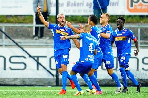 Sandefjords Marc Vales jubler etter 0-1 målet, Franklin Daddys Boy Nyenetue kommer løpende for å bli med på feiringen.