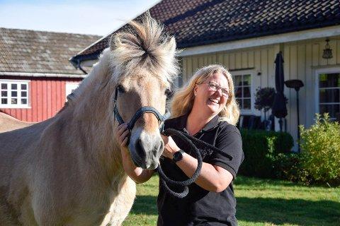 VIL JOBBE MER HJEMME: Sandefjord-kvinnen Torill Hynne Fjære (43), her med fjordingen Akita (23), jobber cirka 40 prosent hjemme på Fjære gård. Hun håper at dette kan endre seg på sikt. – Målet mitt er å leve av gården i framtiden. Jeg føler meg nærmere det målet enn noen gang, sier hun.