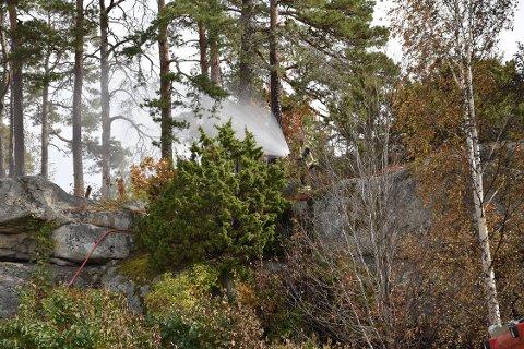 ULMEBRANN: Brannvesenet måtte slukke i terrenget tirsdag etter brannen lørdag.