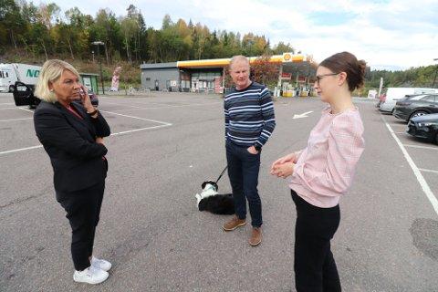 GRELLAND: Justisminister Monica Mæland sammen med stortingsrepresentant Erlend Larsen (H) og kommunestyrerepresentant Hedda Wike (H) på Grelland tirsdag formiddag.