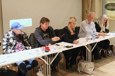 TAKKER FOR SEG: Harald Kommedal, Arnfinn Bilstad, Lena Madsen, John Hov og Anita Jørstad har gjort ferdig sin jobb som styre- og varamedlemmer. Her er de avbildet på Gamlaværket, hvor også torsdagens årsmøte ble holdt.