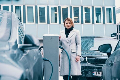 ELBILER: Christina Bu, generalsekretær i Norsk elbilforening, mener at satsingen på flere ladestasjoner bør forsterkes.