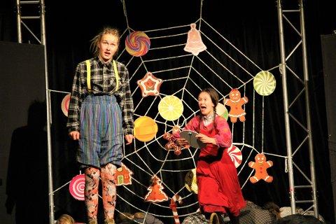 KLARE FOR OPERA: Bjørghild Espeland fra venstre spiller Hans i operaen her sammen med Rebecca Svensen som spiller Grete.