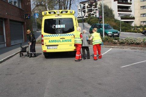 RANET: Den 87 år gamle kvinnen som ble ranet utenfor Ica-butikken i Langgata ble tatt hånd om av ambulansepersonell. Hun kom ikke alvorlig til skade.