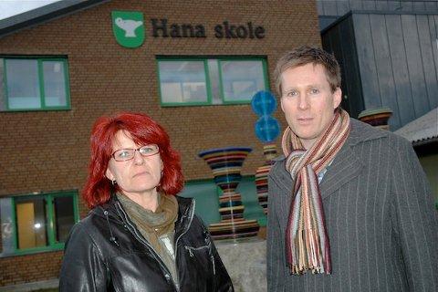 BEKYMRET: Bydelsleder Ellen Karin Moen (Frp) og rektor ved Hana skole, Pål Larsson, er bekymret for økende ungdomsproblemer på Hana. Skolen har vært utsatt for mye hærverk.