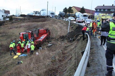 LANGE KØER: En kranbil veltet på Sandnesveien ved sju-tiden i morges. Det oppsto lange køer begge veier på ulykkesstedet.
