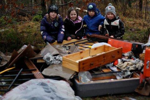 FORSØPLET: Anette, Kamilla, Carl Gustav og Mina Camilla synes svært lite om at søppel har blitt dumpet like ved lekeområdet deres i Tusenårsskogen.