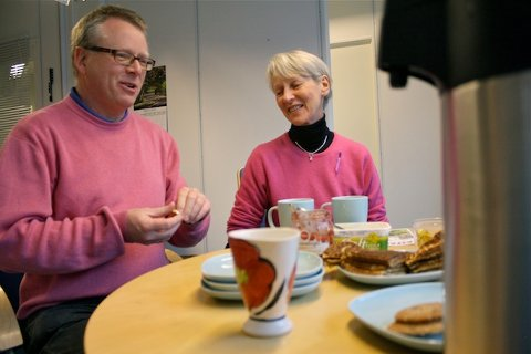 NYE LOKALER: Byprest Øyvind Justnes Andersen smiler med god grunn. Med alle byprestene samlet under ett og samme tak blir hverdagen enklere både for byprestene og menneskene som benytter seg av byprestenes tjenester. Anne Grete Li som jobber som frivillig synes også de nye lokalene er flotte.