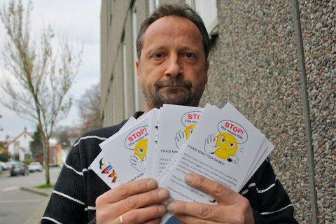 PASS PÅ: Svein Kåre Hetland ved Saturn nattklubb håper det det tas grep for å få bukt med forsøk på neddoping av gjester. Nå deler nattklubben ut kort som forhåpentligvis gjør gjestene enda mer oppmerksomme på mistenkelig oppførsel.
