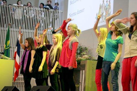 DANS OG GLEDE. Bogafjell kirke ble søndag åpnet med dans og glede.
