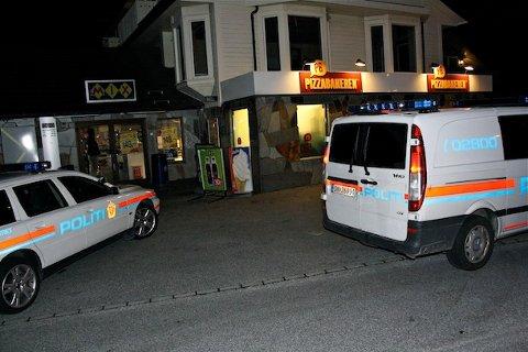Pizzabakeren på Austrått ble søndag kveld ranet med kniv. Gjerningsmannen er mandag morgen fortsatt på frifot.