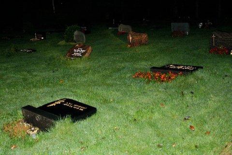 VELTET: Flere gravstøtter på Soma gravlund har blitt veltet i helgen.