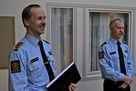 NEDGANG: Antallet tilfeller av grovt tyveri fra boliger er halvert i løpet av det siste året. Det gir politistasjonssjef Odd Tveit Jørgensen (til venstre) grunn til å smile. (Arkivfoto)