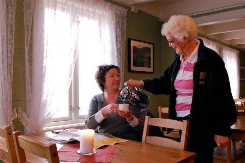 POPULÆR KAFÉ: Kirsten Opdal serverer Margareth Næss under årets første turkafé på Gramstad. Hver søndag frem til sommeren, med unntak av påsken er kafeen åpen for kaffekos.