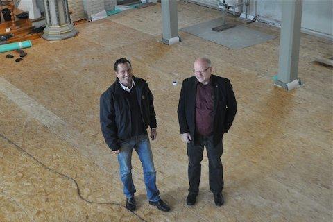INNVENDIG: Sandnes kirke får eit ansiktsløft. Frå venstre kyrkjeverje Andreas E. Eidsaa jr. og bygningsforvaltar Ingvar Josdal.