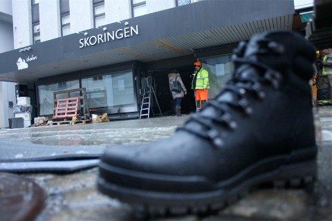 OVERSVØMT: Skoringen sør i Langgata stod onsdag morgen under vann. Butikken skulle etter planen ha nyåpning i morgen.