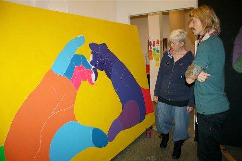 HJERTEVARME: Onkel Frode Goa har malt dette tre ganger to meter store bildet av hjerteformede hender som skal henges opp på 3E-avdelingen ved Stavanger Universitetssjukehus.