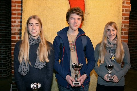 KRETSMESTER: Ludvig Brannsether Ellingsen fra Sandved skolesjakklubb ble kretsmester i sin klasse. Her omkranset av Hanna B. Kyrkjebø (2. plass) og Marthe B. Kyrkjebø (3. plass).