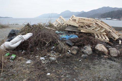 SØPPELFJELL: Denne søppelhaugen ser Tor Tollefsen ut på hver dag. I det ellers vakre naturområdet, som ofte brukes til fisking på sommeren, er søppelet både skjemmende, forurensende, og farlig.