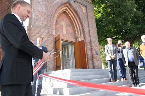 FOR ALLE: Inngangspartiet til kirken skal nå være lett tilgjengelig også for bevegelseshemmede. Fungerende ordfører Pål Morten Borgli klipper den berømte snoren som markerer nyåpningen av den nyrenoverte Sandnes kirke.