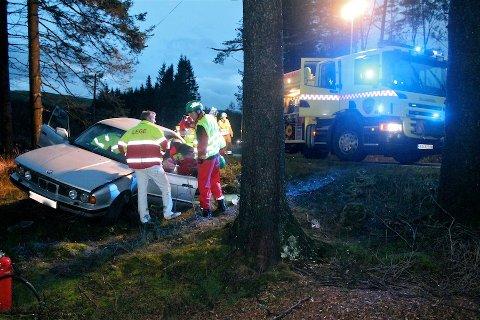 TIL SYKEHUS: Personen som kjørte denne bilen ble fraktet til sykehus etter å ha kjørt av veien torsdag morgen.