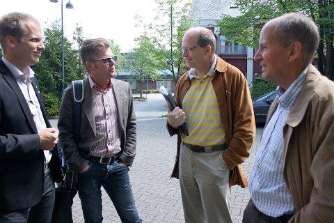 POSITIVE: Høyres Ragnvald Nilsen og Thor Magne Seland (til venstre) og Knut Reier Indrebø (KrF, ikke på bildet) ser gjerne at det gamle kulturskolebygget nord i Langgata kan brukes av kulturlivet. Mandag var de på befaring med Rasmus Reed og Jarluf Bore (til høyre).