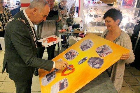 25 ÅR: Ordfører Stanley Wirak åpnet Juleboden mandag. Her setter han sitt preg på et kunstverk som skal prydes av kunder og besøkende i førjulstiden. Primus motor Torild Lura har fått med rekordmange utstillere i år.