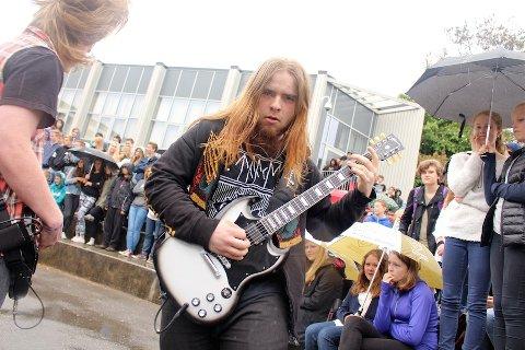 ROCKET: Bandet «Art of Deception» rocket skolegården på Giske ungdomsskole.