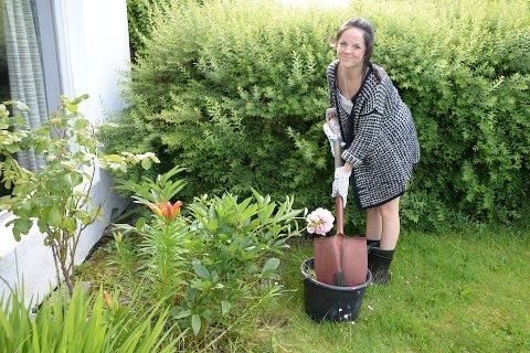 ÅRETS FØRSTE: Caroline Skogvold (17) starter sommeren hos Småjobbsentralen med å luke bort ugress.