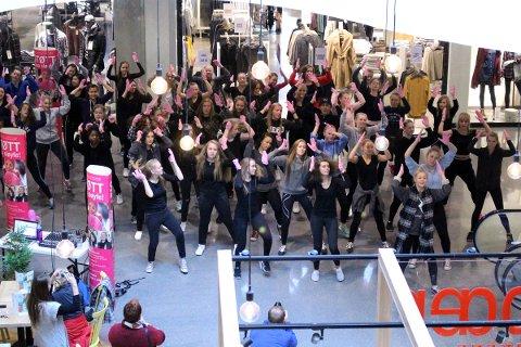 FLASH MOB: Elever fra Vågen videregående skole danset inn Rosa Sløyfe-aksjonen på Bystasjonen torsdag.