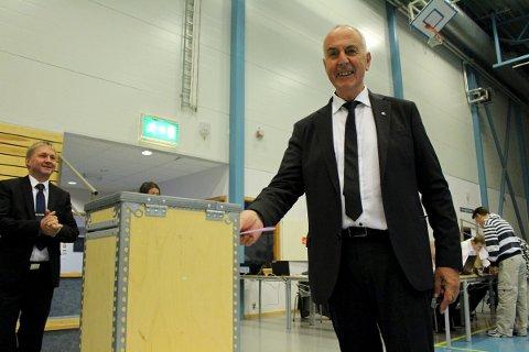 ÅPNET: Valglokalene i Sandnes har åpnet. Det benyttet både varaordfører Pål Morten Borgli (Frp) (til venstre) og ordfører Stanley Wirak (Ap) seg av mandag morgen.