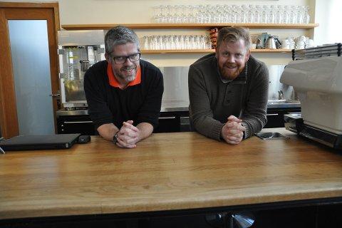 ØLFESTIVAL: Torsdag kveld slepp dei alle namna på bryggeria som kjem til ølfestivalen på KinoKino i april. Mikal Tengesdal (t.v) og Stian Bru gler som ungar.