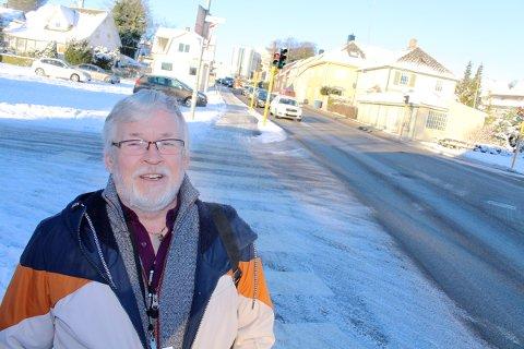 HAR VENTET: Erik Carlsen og de andre beboerne i Oalsgata har ventet i åtte år uten å vite om husene deres skal rives eller ikke. Tirsdag kom klare signaler på at saken skal endelig avklares raskt.