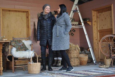 HØGGRAVID: Annette Ovedal (t.v.) og Anh Vu gler seg til premieren på «Det store julespelet» onsdag. For Anh Vu er det spesielt å vera høggravid som jomfru Maria.
