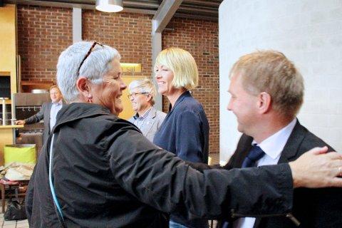 BRYTER SAMARBEIDET: Heidi Bjerga (til venstre) og Frp med blant annet varaordfører Pål Morten Borgli (til høyre) bryter samarbeidet i Sandnes. Dermed er ikke SV lenger en del av den styrende samarbeidsalliansen i Sandnes. I midten: Jan Refsnes (SV) og Annelin Tangen (Ap).