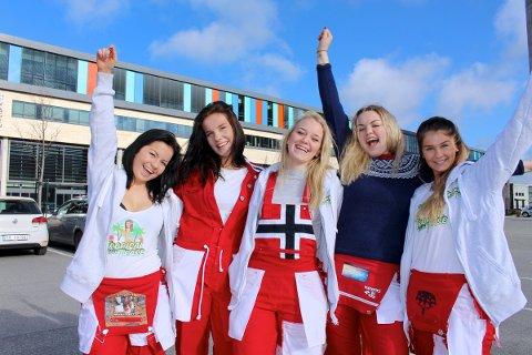 KLARE: Russejentene Janne Hadland, Marie Salte Husberg, Sandra Frost, Kristin Kvinnesland og Camilla Håland ved Vågen videregående skole er endelig klare for russetid.