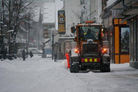 SNØ: Det koster å holde veiene framkommelige vinterstid. Her fra Langgata en vinterdag i 2012.