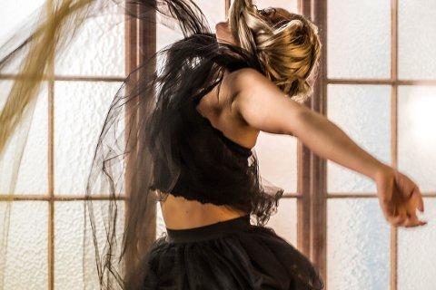 DANSENS DAGER: Det er klart for mykje dans i Langgata fredag under Dansens Dager. Det lokale dansekompaniet Glow Dance Company og elevar frå kulturskulen og Vågen vgs opptrer alle i Langgata. Dette biletet er dans av Glow Dance Company.