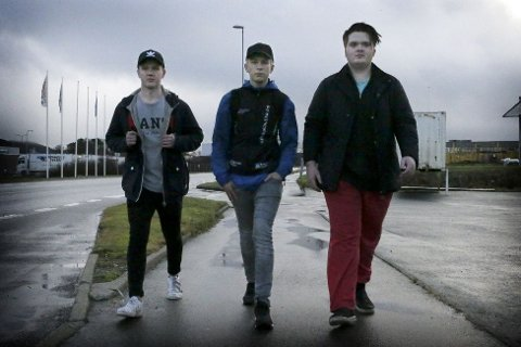 GIKK: Som lovet gikk Sølve Bendiksen (midten) fra Ålgård til Stavanger. Med seg hadde han kameratene Vegard Knudsen og Markus Nilsen Lie.
