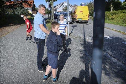 BEKYMRET REKTOR: En svært bekymret rektor, Geir Tullin Mikalsen, passer på at elevene ikke skal løpe ut i veibanen når det finnes kryssende trafikk. Bildet ble tatt i 2016.