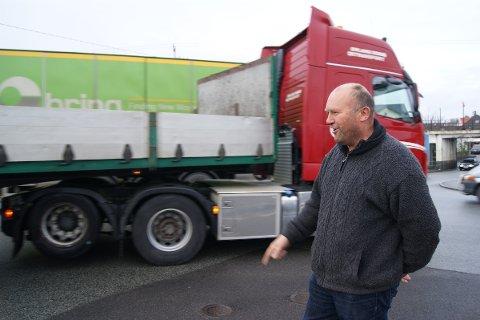 TUNGTRAFIKK: Det manglet ikke på tungtrafikk da Mikael Johnsen viste Sandnesposten hvor og hvorfor han ønsker seg en midlertidig rundkjøring.